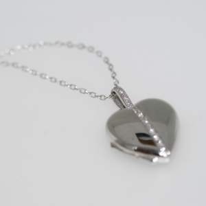 A Pre-owned Modern Diamond 18ct White Gold Heart Locket