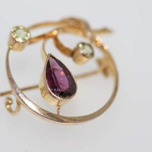 An Edwardian Rhodolite Garnet And Peridot Brooch