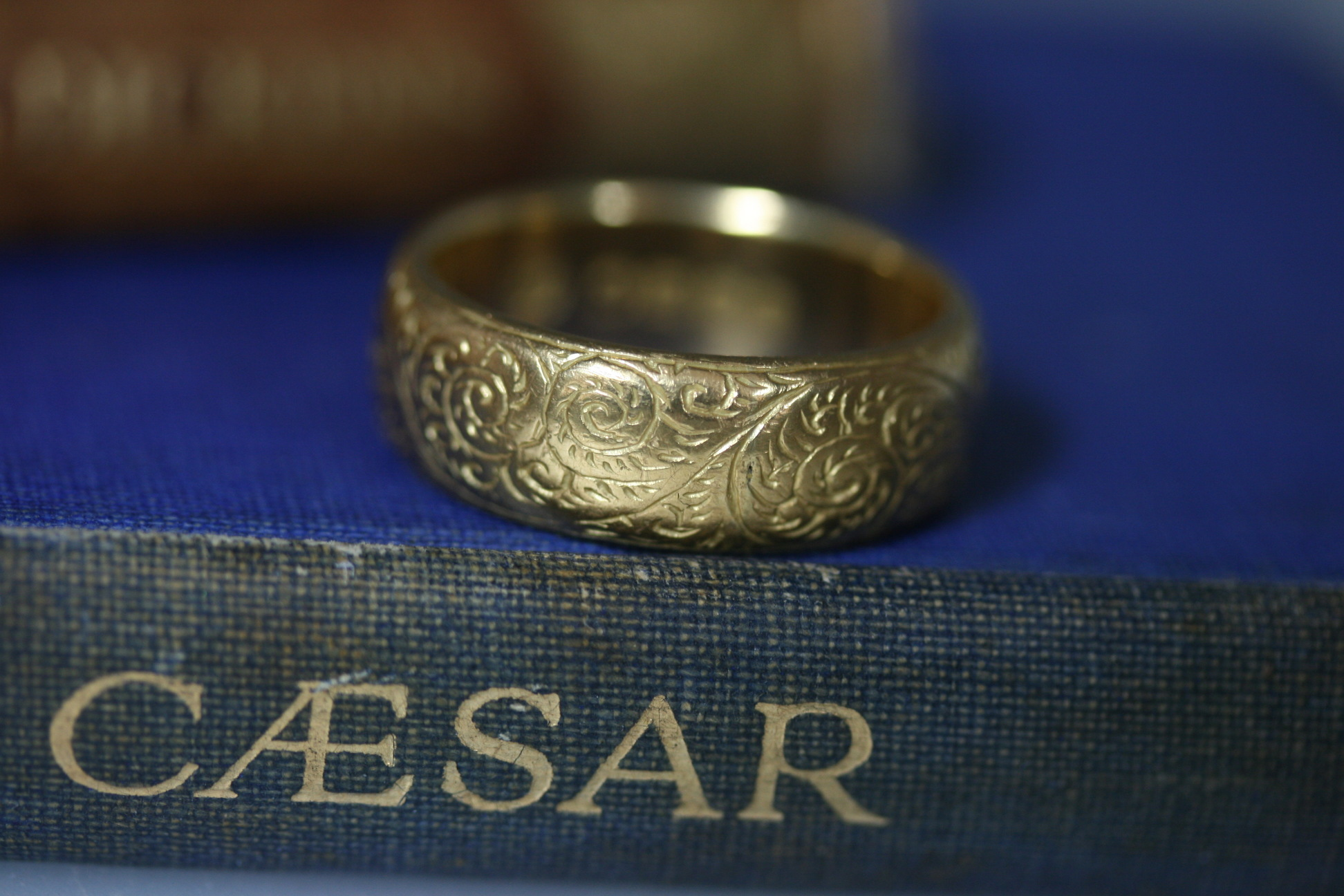 George V Engraved 18ct Gold Ring/wedding Band